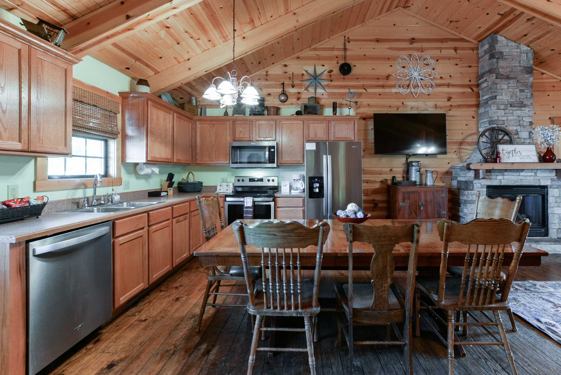 Welcome Home! Luxurious 4 Bedroom Cabin, Pet Friendly, 2 ...